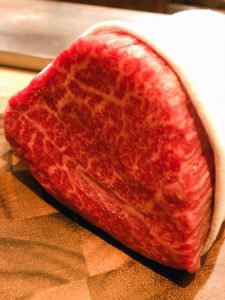 記念日のディナーは、川崎で黒毛和牛のステーキとワインを一緒に!